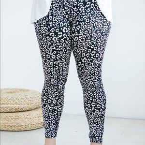 Leaping leopard plus size leggings - black